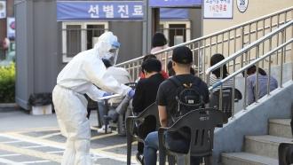 South Koreans get tested for the coronavirus