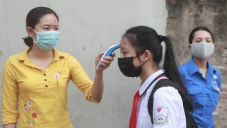 Vietnamese students have temperatures taken