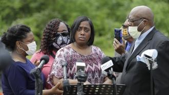 """Demetree Wynn, mother of Dreasjon """"Sean"""" Reed, speaks during a news conference"""