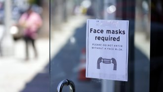 A sign requiring masks