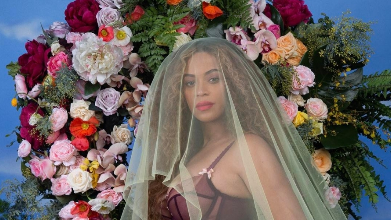 Beyoncé's pregnancy announcement photo