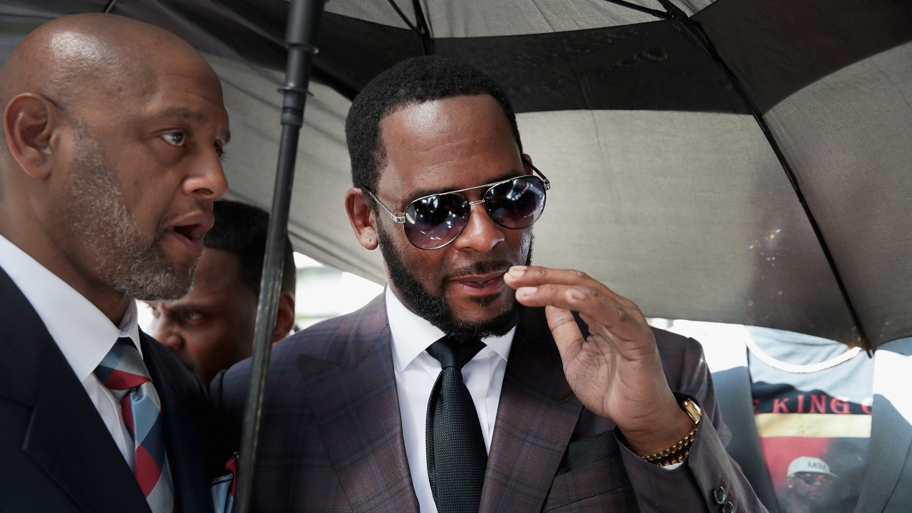 R. Kelly leaves a Chicago court house