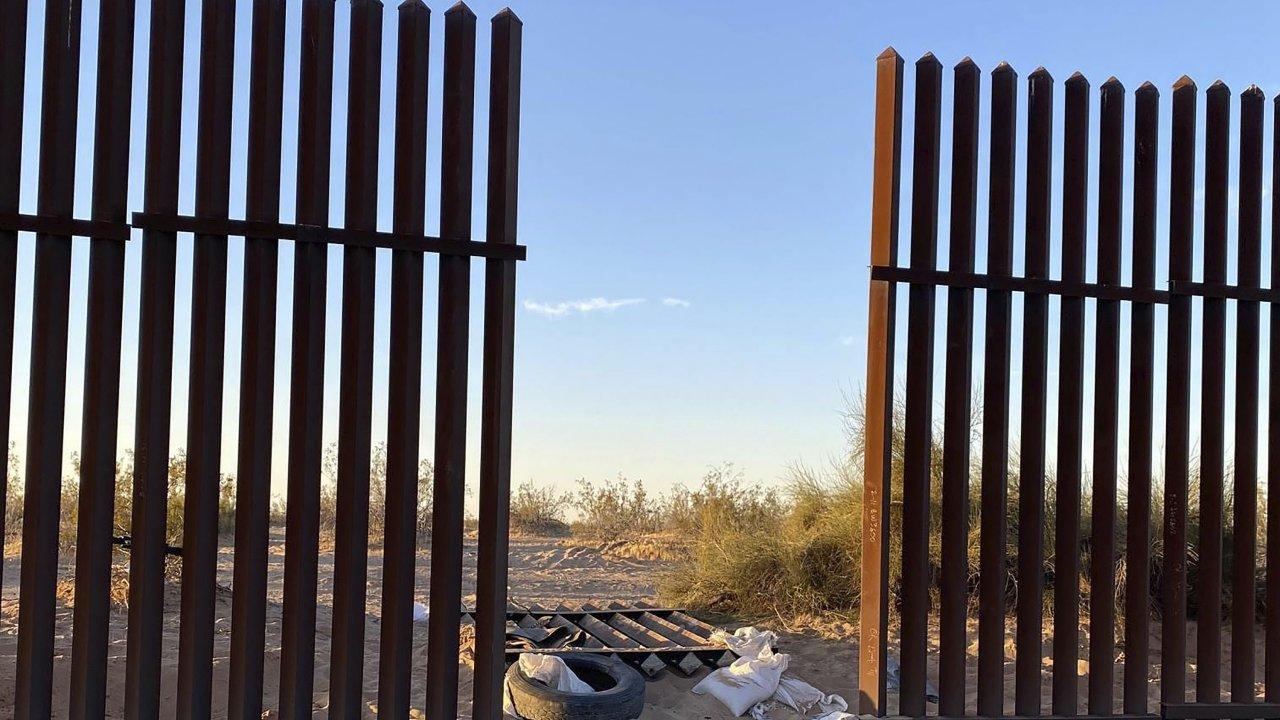 Hole in California-Mexico border fence