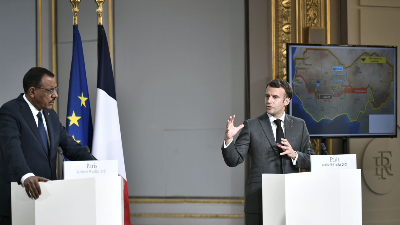 French President Emmanuel Macron, right, and Niger's President Mohamed Bazoum hold a press conference.
