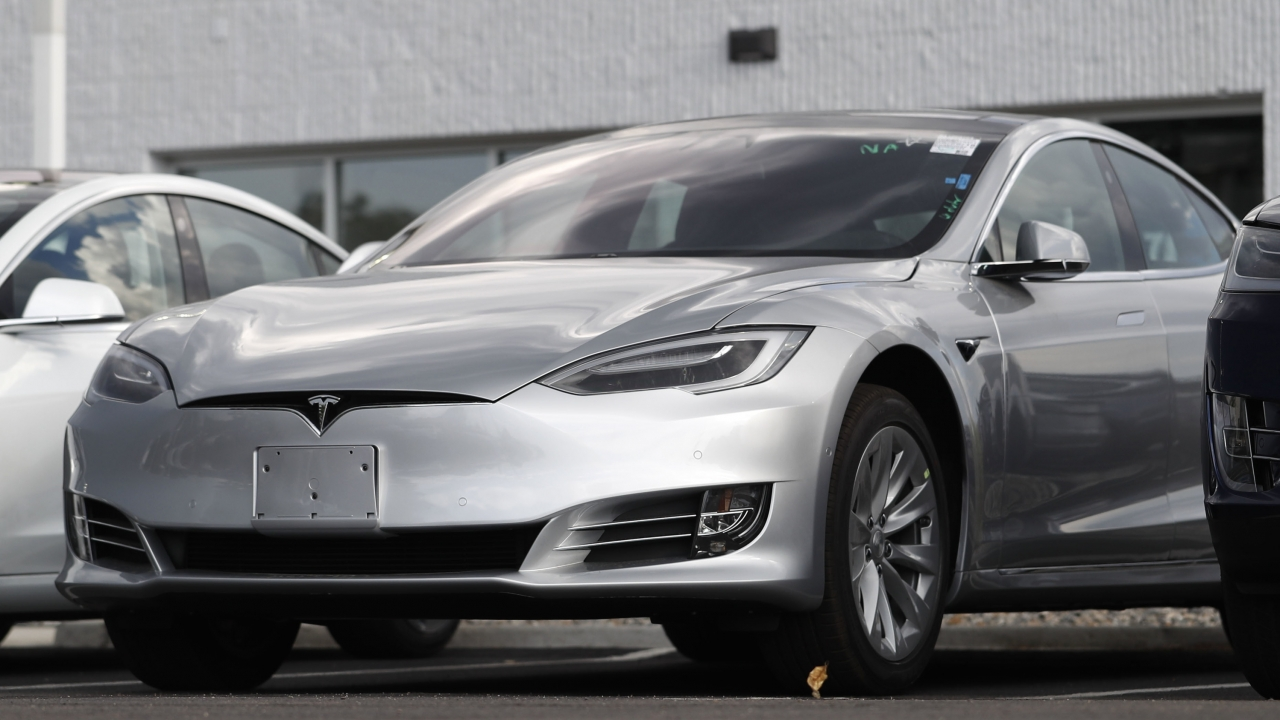 Tesla 2018 Model 3 sedans sitting on display outside a Tesla showroom