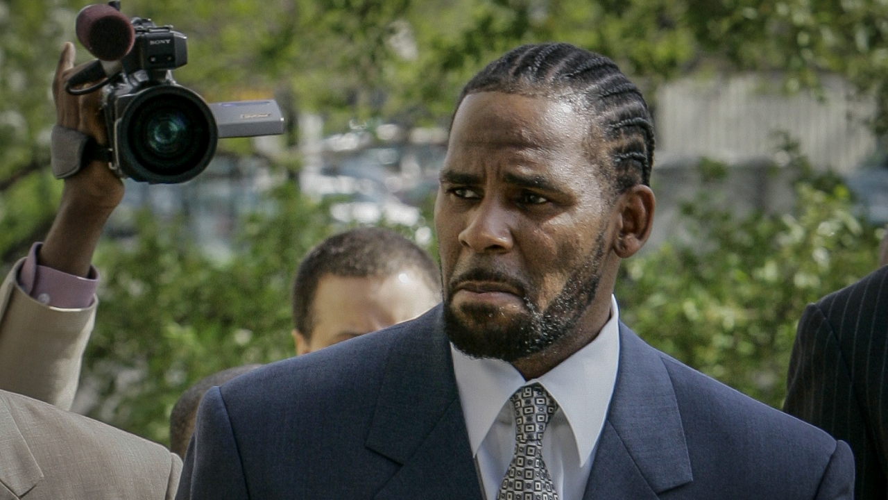 2008 photo of R. Kelly arriving at court.